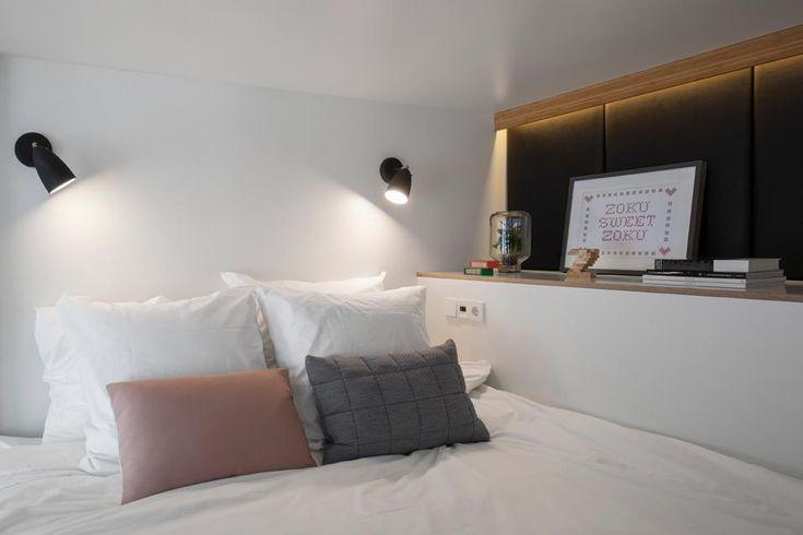 ZOKU LOFT AMSTERDAM: IL LETTO La zona notte può essere schermata chiudendo le imposte a doghe che proseguono anche sulla superficie della cucina. Il letto è un comodo king-size a due piazze, collocato in una nicchia rialzata, accessibile da una scala a scomparsa.