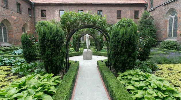 Schowane we wnętrzach zabytków i przez to dla wielu nieznane wirydarze dawnych klasztorów, dziedzińce i ogrody to miejsca warte odwiedzenia.