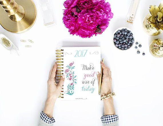 Goditi il 30% di sconto di metà anno e organizza il tuo blog con il mio Blog Planner del 2017! Puoi stamparlo e rilegarlo come più ti piace! Il planner è caratterizzato da tanti fiori diversi e da tante schede divise in sezioni.  Lo trovi qui: