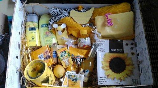 Een doos vol zonneschijn!  Neem een leuke doos en doe er allemaal gele spulletjes in.