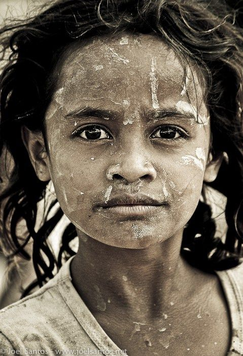 photo-timor-oriental «Vivre est la chose la plus rare. La plupart des gens se contente d'exister.» Oscar Wilde  Portrait de fille au Timor Oriental par Joel Santos