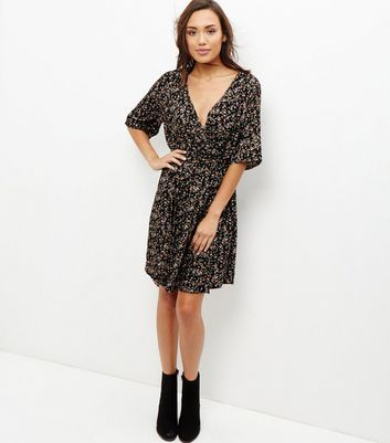 Work ditsy floral prints with this wrap front dress - ideal paired with block heel ankle boots for work wear styles.- All over ditsy floral print- Wrap front- V neckline- 1/2 sleeves- Tie waist- Belt loops- Elasticated waist- Casual fit that is true to size- Dress length: 36.5