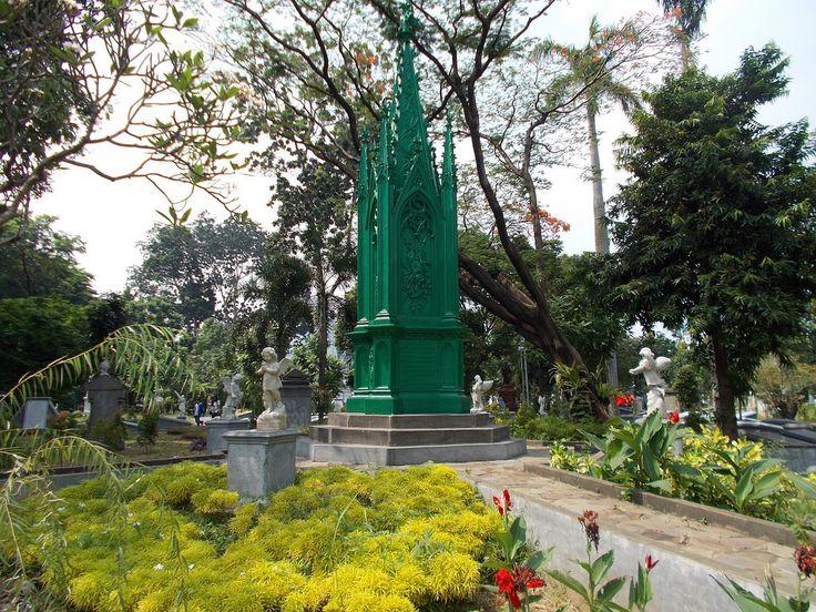 A monument in the center of Museum Taman Prasasti, Jakarta.