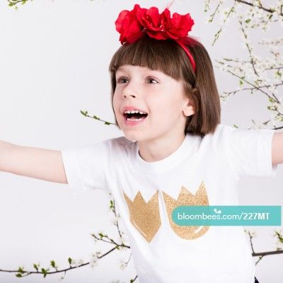 Crowns T-shirt  Very good quality white cotton At the front glued appliqué with a crown motif (gold brocade or dull). Machine washable. Iron on the left. Composition: 100% cotton Kup ten produkt bezpośrednio przez Bloombees: https://bloombees.com/227MT