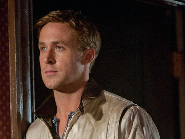 """Gute Filme gehen weiter mit einem der besten Schauspieler unserer Tage: Ryan Gosling funktioniert nicht nur als Frauenschwarm, in erster Linie ist er ein grandioser Darsteller und die Idealbesetzung für den Neo-Noir-Thriller """"Drive"""" aus dem Jahr 2011: Als wortkarger """"Driver"""" stellt Gosling darin Kriminellen seine Dienste als Fluchtfahrer zur Verfügung. Als so etwas wie Liebe in seine Leben bricht, kommt es zu Komplikationen - wie so oft, auch in der Realität. Aber keine Sorge, kitschig wird…"""