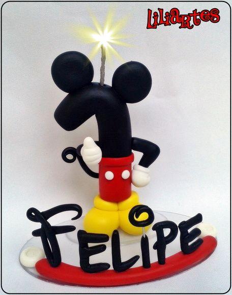 Vela modelada em biscuit para compor enfeites de bolo inspirado no personagem da Disney : Mickey .   **Pode ter bracinhos ou não, de acordo com sua preferência.   **Contém 1 pavio mágico removível e base acrílica.  **Também faço projetos personalizados com o tema, cores e detalhes que você escolher.