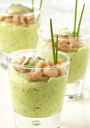 mousse de courgette aux crevettes 15 verrines Ingrédients 125 g de crevettes grises 1 courgette 0.25  ciboulette fraîche 1 échalote 1 éclat d' ail 2 c. à soupe de mascarpone 1 petit-suisse 1 c. à soupe de pesto verde 1 c. à soupe d' huile d'olive sel et poivre Préparation   (25 min + 20 min au frais)