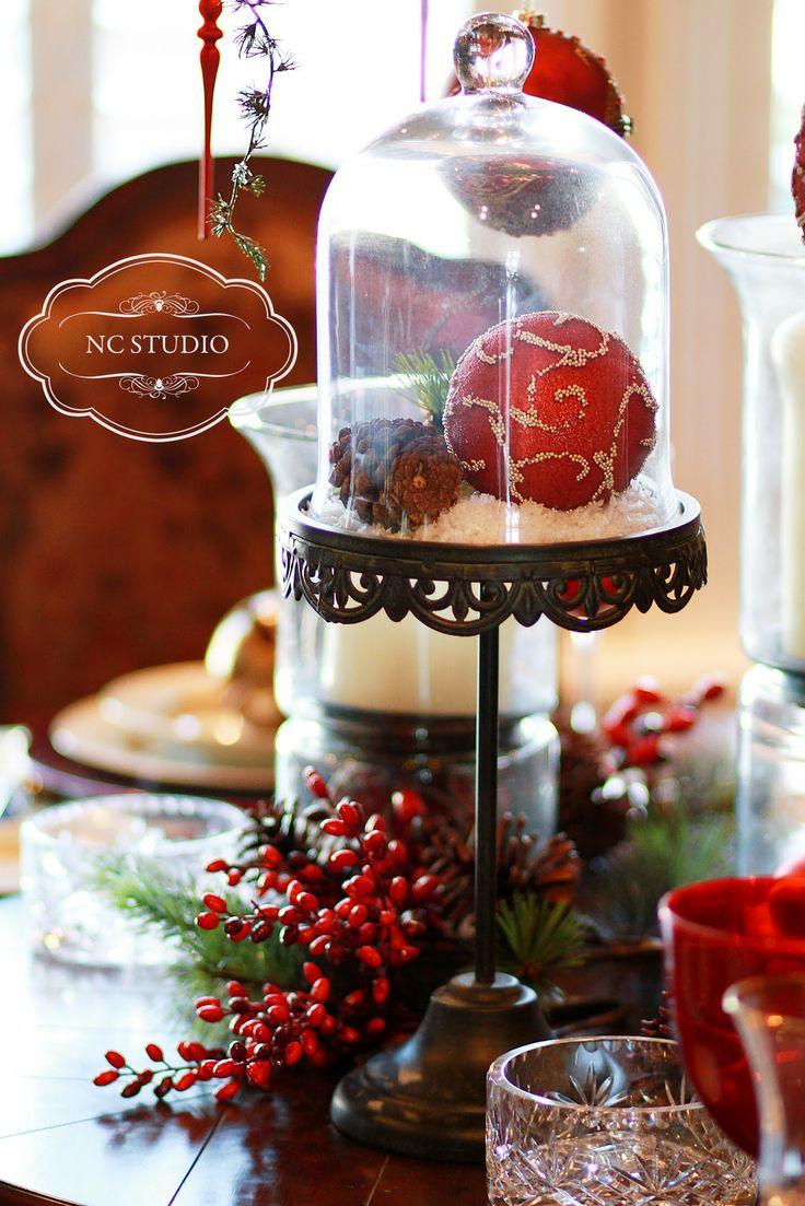 Decoración de centro de mesa de navidad en un stand para tortas alto con esferas de navidad y tortera. # DecoracionNavidad #Navidad