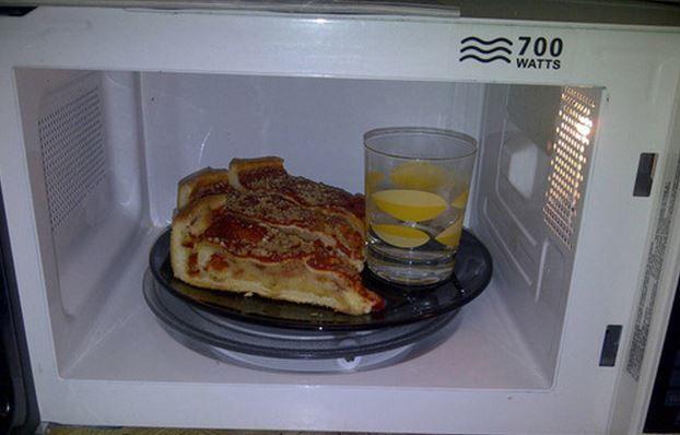 Pizza(restjes) opwarmen in de microgolfoven kan leiden tot een taaie korst. Door een glas met een bodempje water bij in de microgolf te zetten, blijft de pizzakorst perfect krokant.
