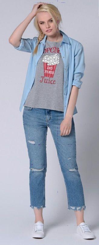Джинсовая рубашка, серый топ, светлые джинсы, кроссовки