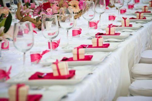 Montaje de Mesa rosa con blanco por Yazmin De La Mora Bodas y Banquetes
