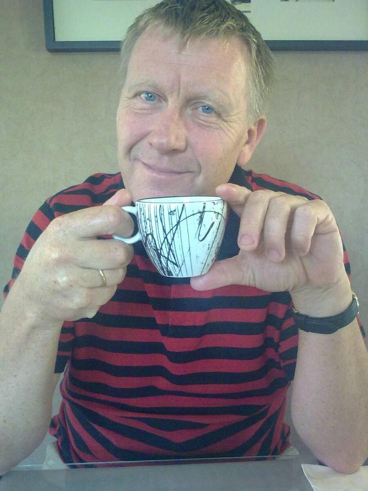 Tobby drikker kaffe