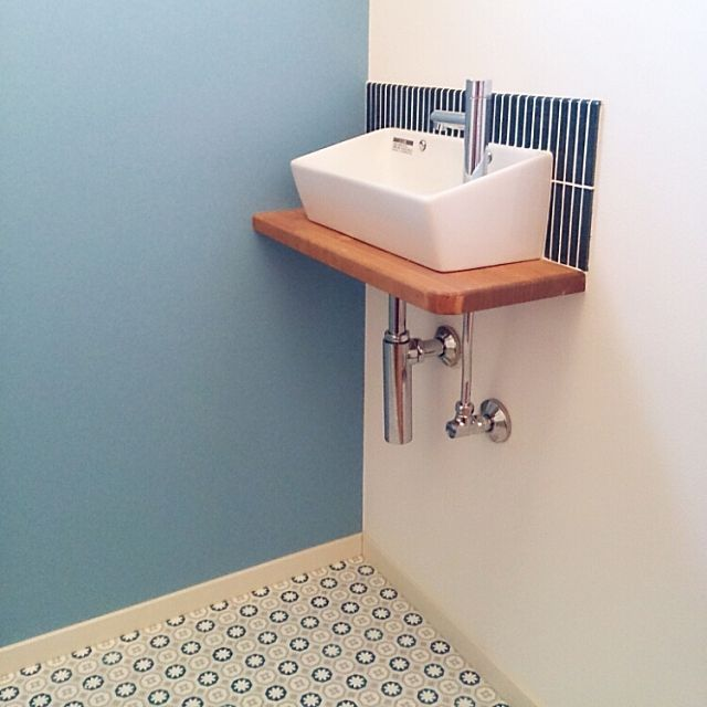 のクッションフロア/こどもと暮らす。/柿渋塗装/リクシルのトイレ/タイセイホーム♡…などについてのインテリア実例を紹介。「2階トイレの手洗いです。大好きな青色をたくさん取り入れました♪ リクシルのシンプルな手洗いですが、子どもたちにも使いやすくて気に入ってます!」(この写真は 2015-12-19 17:08:02 に共有されました)