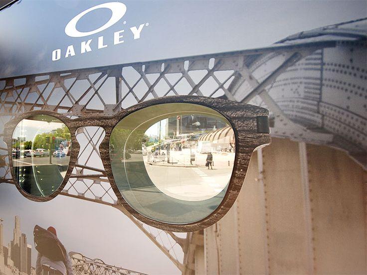 Mupi modificado para publicidad de Oakley