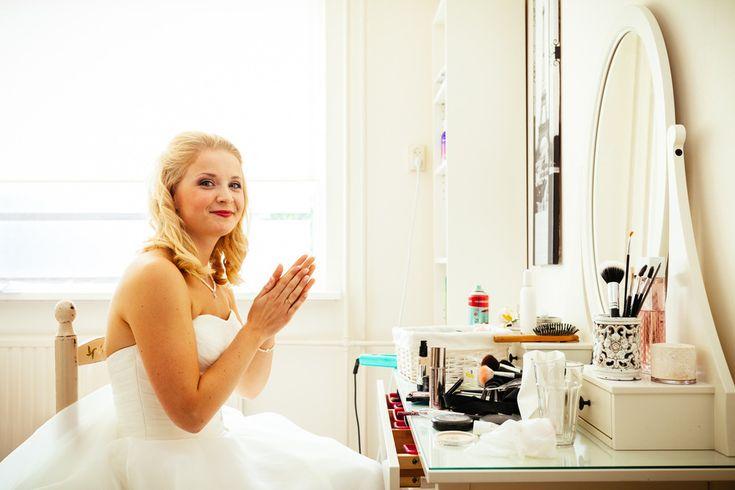 Je eigen bruidsmake-up doen : Tutorial : Ik deed mijn eigen bruidsvisagie toen ik ging trouwen! Heel makkelijk en leuk om te doen en in deze video laat ik je stap voor stap zien hoe jij een droom bruid wordt op je bruiloft.