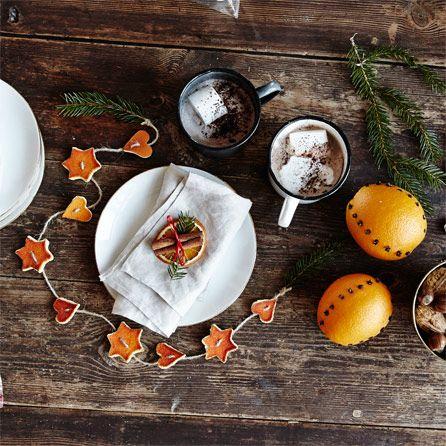 Julpynt som både är vackra och doftar av julens smaker? Varsågod – här är tre sätt att juldekorera med apelsin.