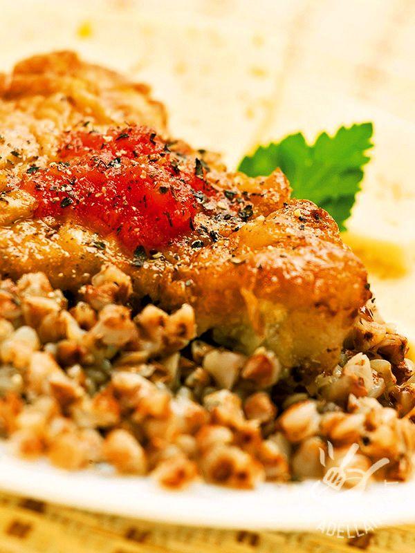 La Coda di rospo con dadolata di cipolle bianche è una pietanza davvero raffinata, da servire all'occorrenza per una cena elegante: farete un figurone!