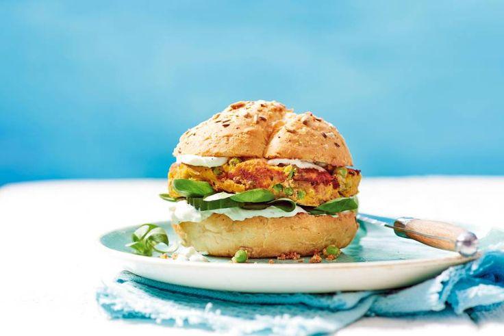 Burger-time! Maar nu eens een keer van tonijn en zoete aardappel: écht lekker - Recept - Allerhande