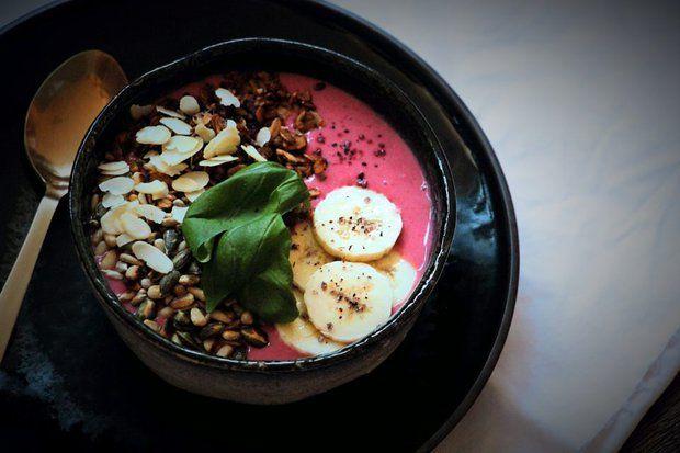 BANÁNOVO-MALINOVÉ SMOOTHIE (banán, mraz. maliny, rastl. mlieko, pomarančová šťava, pohánka, zmes semienok + orechov, mäta / medovka, granola)
