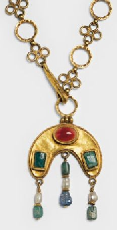 A Byzantine lunula pendant on chain. Gold, sardonyx, emeralds, sapphire, pearls. Syria, about 600AD. #Byzantine #necklace