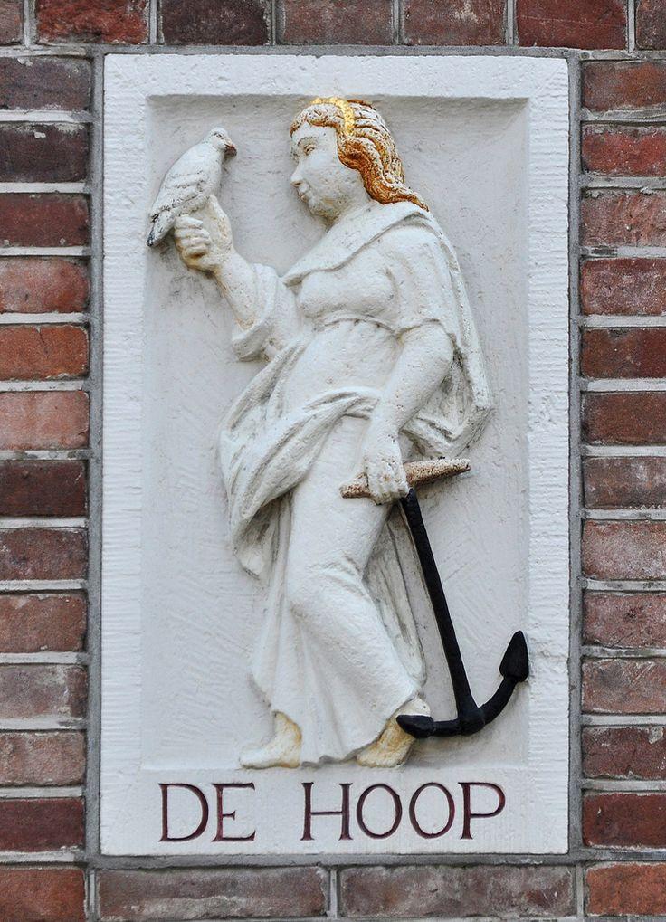 Palmgracht  33  De vroegste bewoner, voor zover bekend van dit pand was de smalscheepsman Jan Jacobsz. Een smalschipper was de eigenaar van een z.g. smalschip, een binnenvaartschip, speciaal gebouwd op de breedte c.q. smalte van de Donkere Sluis bij Gouda. Hij woonde er in ieder geval in 1649 want toen dochter Immetje Jans (geboren in 1628) in dat jaar met de houtzaagmolenaar Jan Florissen in ondertrouw ging, gaf ze als adres Palmgracht op.   In 1684 verkopen de erven van Jan Jacobsz het…