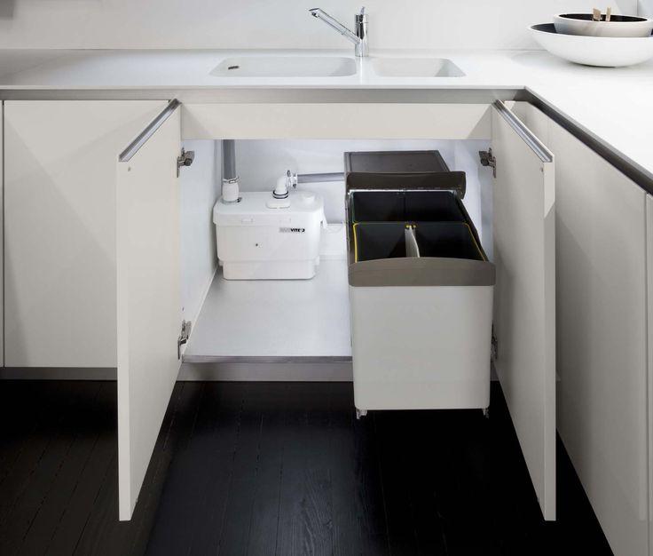 Nella cucina Way di Snaidero la pompa Sanivite per le acque chiare è installata sotto il lavello, accanto al contenitore dei rifiuti