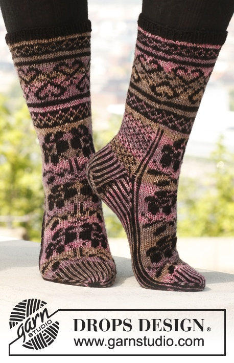 """Free pattern: Knitted DROPS socks with pattern in """"Fabel""""."""