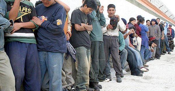 Al menos 30 indocumentados guatemaltecos, los cuales pretendía llegar a la frontera de Tijuana, Baja California, fueron rescatados en la inmediaciones de la casetas de obro de la autopista México-Puebla a la altura de San Martín Texmelucan.  Lo anterior fue posible gracias a un operativo del Instituto Nacional de Migración (INM) y la Secretaría de Seguridad Pública cerca de la caseta de la vialidad.  Se presume que los guatemaltecos habrían salido de la capital poblana con destino a…