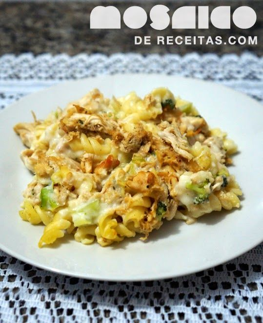 Mosaico de Receitas: Macarrão com Molho Branco, Brócolis e Frango Desfiado