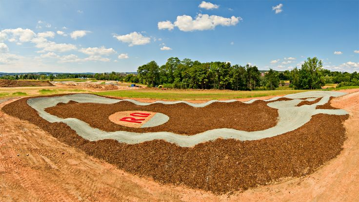 Ein neues Bauprojekt von uns kommt zum Abschluss. Das Bauteam des RadQuartier`s, Johannes Fischbach und Robin Specht haben den ersten Teil für den neuen Dirtpark in Bayreuth zur Landesgartenschau 2016, und damit den Pumptrack fertiggestellt.     ...