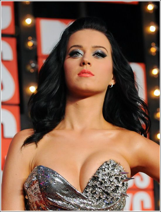 Katy Perry makeup and hair this picture makes her boobs look very unflattering lol