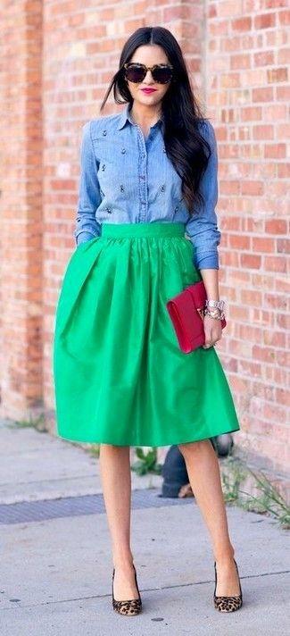f24c20d68 Elige una camisa vaquera con adornos azul y una falda campana para ...