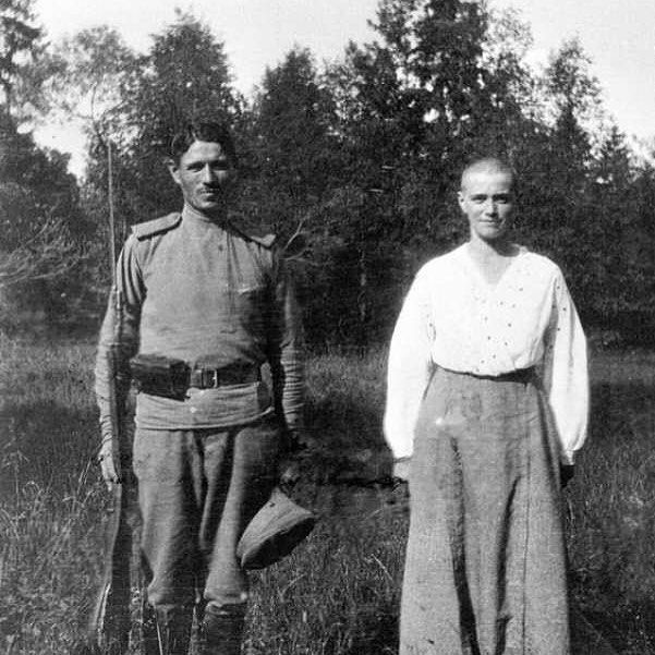 Grand Duchess Maria Nikolaevna with a soldier #romanov#romanovs#romanova#dynasty#romanovdynasty#grandduchess#grandduchessmaria#mariaromanov#marianikolaevna#royal#princess#russia#ofrussia#soldier