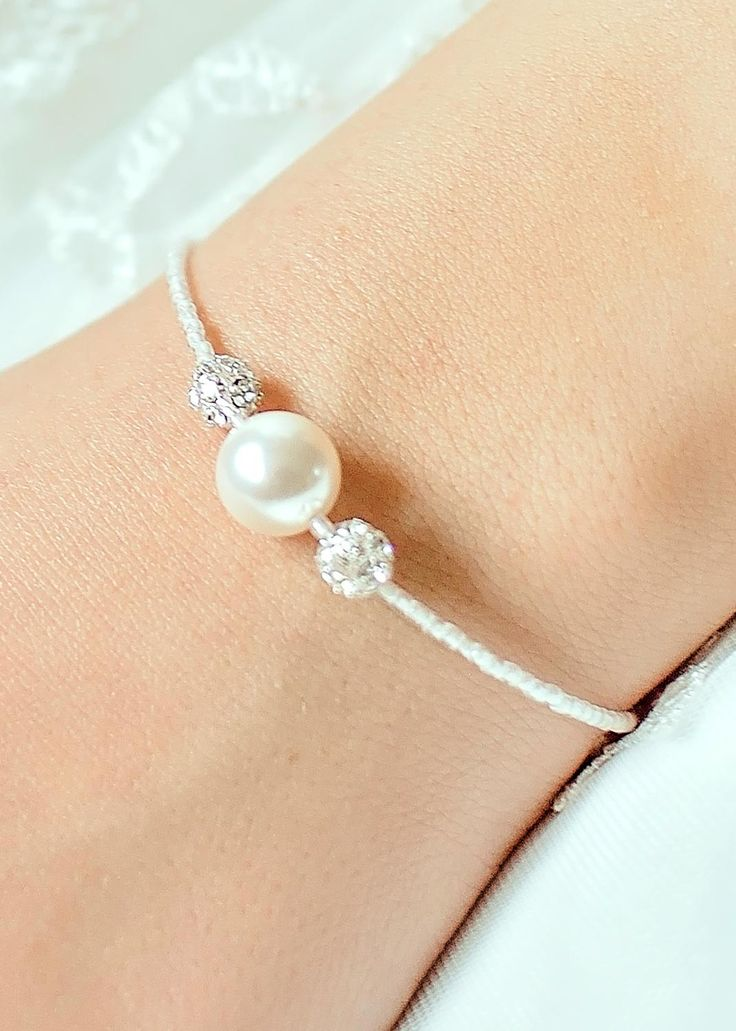 Bracelet de mariée Anna avec petit noeud en perle garni de pierres de cristal SWAROVSKI® ELEMENTS et de boules de strass- Princesse d'un Jour