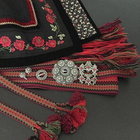 Litt bunad  #beltestakk #bunad #beltestakkfratelemark #nationalcostume #norge #17mai #pynteseg #tradisjon #norway #norwegiannationalcostume #party #tradition #constitutionday #telemark #telemarksbunad #søljer #silverjewelry #broderi #embroidery #husflid #tekstil