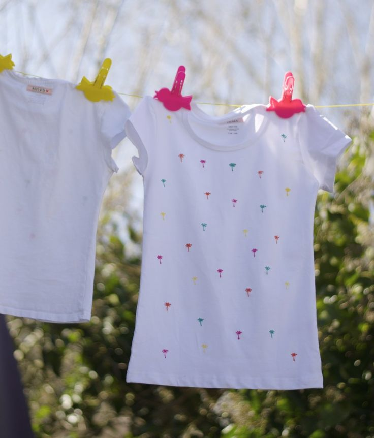 Met deze leuke HEMA DIY maak je met behulp van textielstiften en een pons dit tropische shirtje.