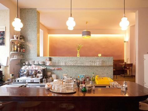 Fortuna Bar. Das gemütliche Café mit Selbstbedienung am Tresen bietet italienische Snacks und sonntags Frühstücksbuffet an. Adresse: Sedanstraße 18, 81667 München