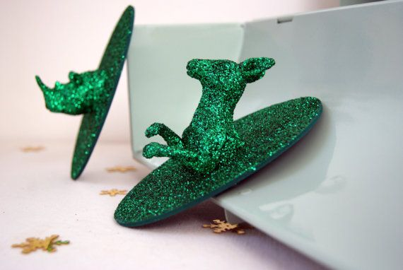 Trophées animaux Paillettes Vertes. Mini trophées de chasse kangourou et rhinocéros, par 2. Décoration paillettes, forme ovale 13 x 8 cm