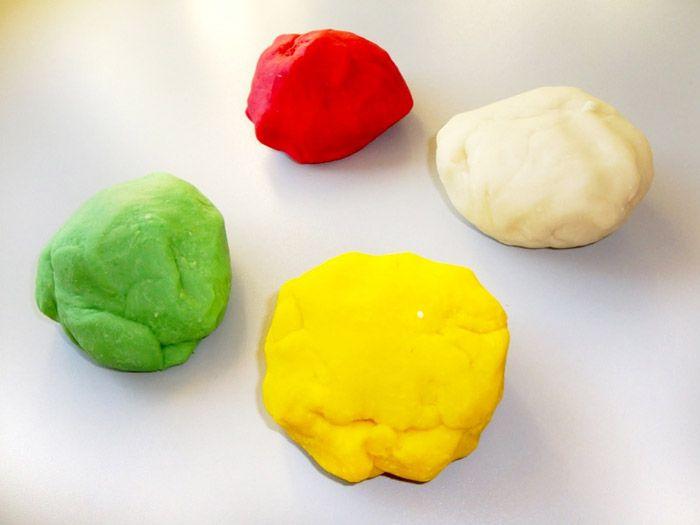 Tous les parents en ont fait l'expérience : les pâtes à modeler aux couleurs vives finissent toujours par se transformer en une masse dure de couleur indéfinissable. Nous sommes donc heureux de partager avec vous ce tutoriel de Nicole du blog grievedesign : fabriquez vous-même votre pâte à modeler avec très p