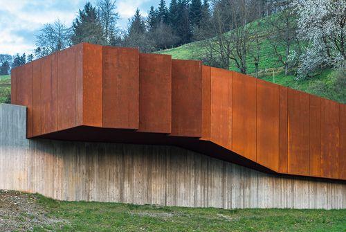 Beton und Cortenstahl vereinen sich in dem neuen Betriebsgebäude des Hugenwaldtunnels zu einem ausdrucksstarken, dynamischen Baukörper.
