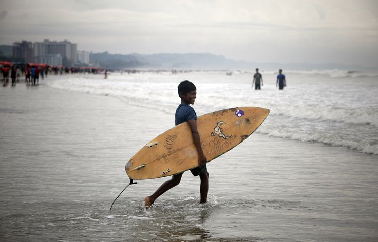Yonus Ali, în vârstă de 12 ani, intră în apa în Cox's Bazar, Bangladesh, marţi, 22 octombrie 2013. (  Getty Images / Guliver  ) - See more at: http://zoom.mediafax.ro/people/viata-cotidiana-octombrie-2013-11617472#sthash.FCOYKYD5.dpuf