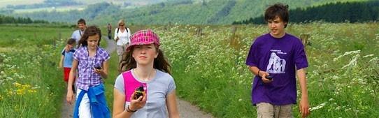 Geocaching - Schat zoeken met de GPS. SNP heeft bij een aantal gezinsvakanties eigen SNP geocaches uitgezet. Geocaching met je kinderen is een leuke manier om de omgeving te verkennen. Onderweg lossen kinderen met hun GPS raadsels op en vinden zo als ultieme beloning de schat! Op elke door ons geselecteerde locatie zorgt SNP voor GPS apparaten.