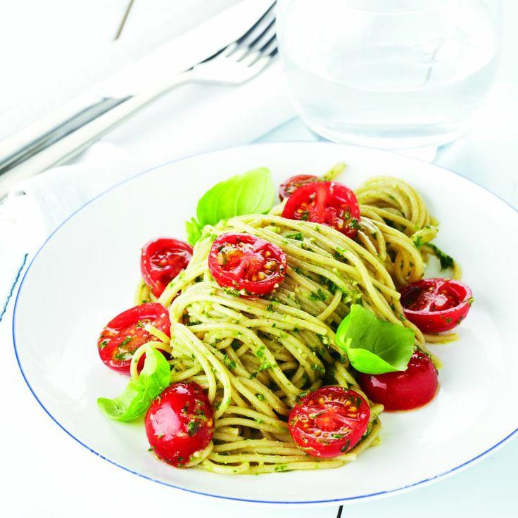 Een heerlijke volkorenpasta met verse pesto uit het boek 'Beauty Food 2' van Lesley-Ann Poppe. Zelf maken? Lees hier hoe: www.wpg.be/dagenzondervlees41