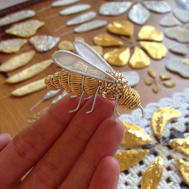 Remember this? It appeared in my stories a couple of months ago. I made it when I was thinking about making 3D flowers in goldwork and I thought it would be cool to try a fully 3D bee too. I might revisit it one day and try and perfect it but for a first attempt I was pretty pleased with this. #goldwork #goldworkembroidery #goldworkbee #embroideredbee #golden #handembroidery #embroidery #theperpetualmaker