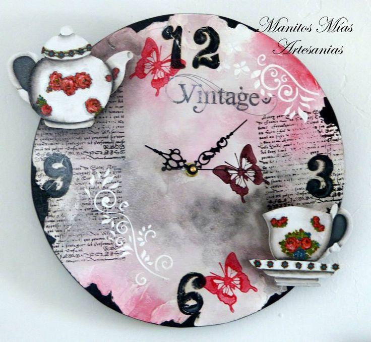 reloj pintado con tetera y taza