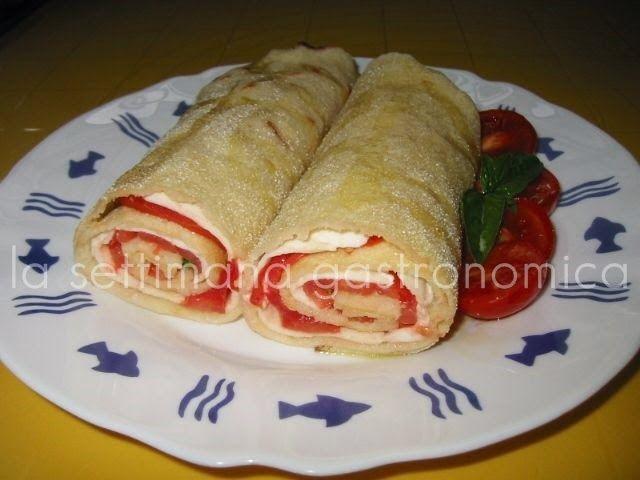 Rotolo di pane carasau con pomodoro e mozzarella