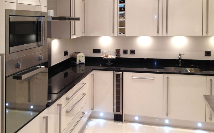 Great colours, modern and light. Wine shelf, plinth lights, granite tops.