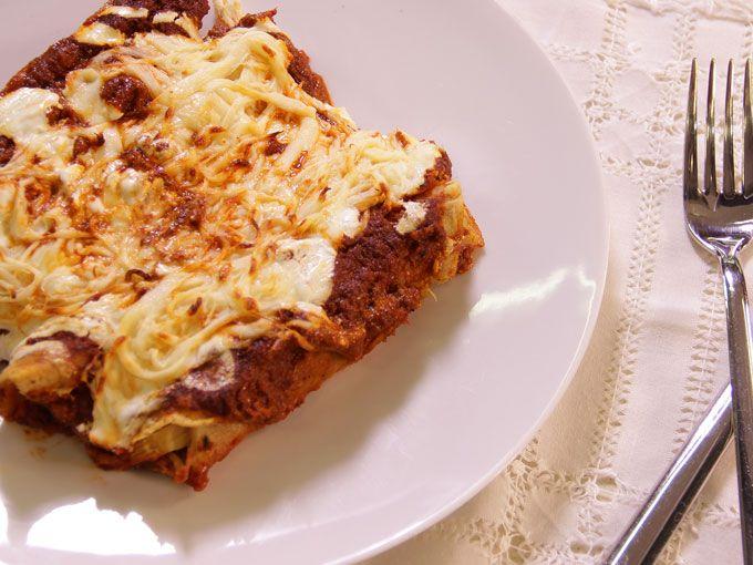 Prepara unas ricas enchiladas suizas. Si tienes antojo de enchiladas pero nunca has preparado unas sigue esta sencilla receta paso a paso que Zahie nos enseña. ¡Aprende a hacerlas desde la salsa!