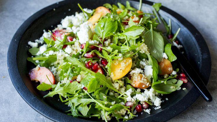 En fruktig og deilig sommersalat med quinoa, feta og fersken. Perfekt enten som tilbehør eller hovedrett.