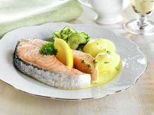 Kokt laks med agurksalat og Sandefjordsmør Oppskrifter - MatPrat
